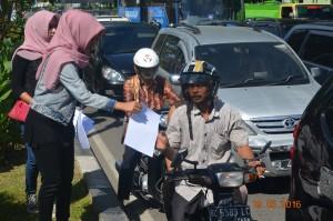 alumni Sekolah HAM Perempuan flower Aceh membagikan leaflet press
