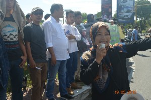 salah satu staf flower aceh memberikan orasi menenai korban perempuan semasa penerapan Darurat militer